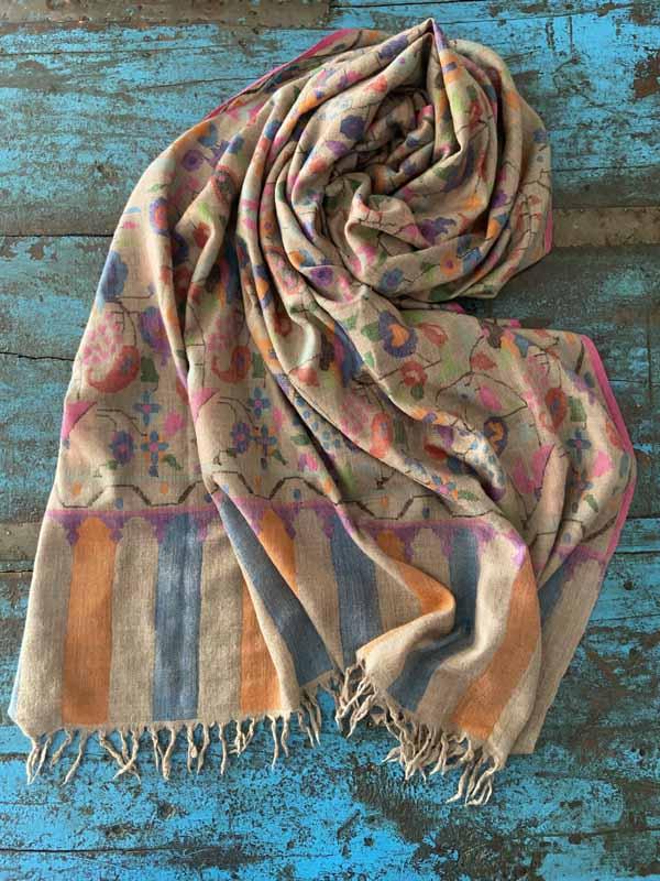 Pasmines de cashmire 100% de tants colors com puguis arribar a imaginar. Xals teixits amb un procés totalment artesanal, excepcionalment suaus i lleugers.